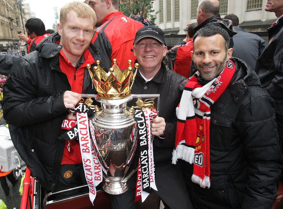 Paul Scholes, Ferguson and Giggs pose with the trophy in 2011