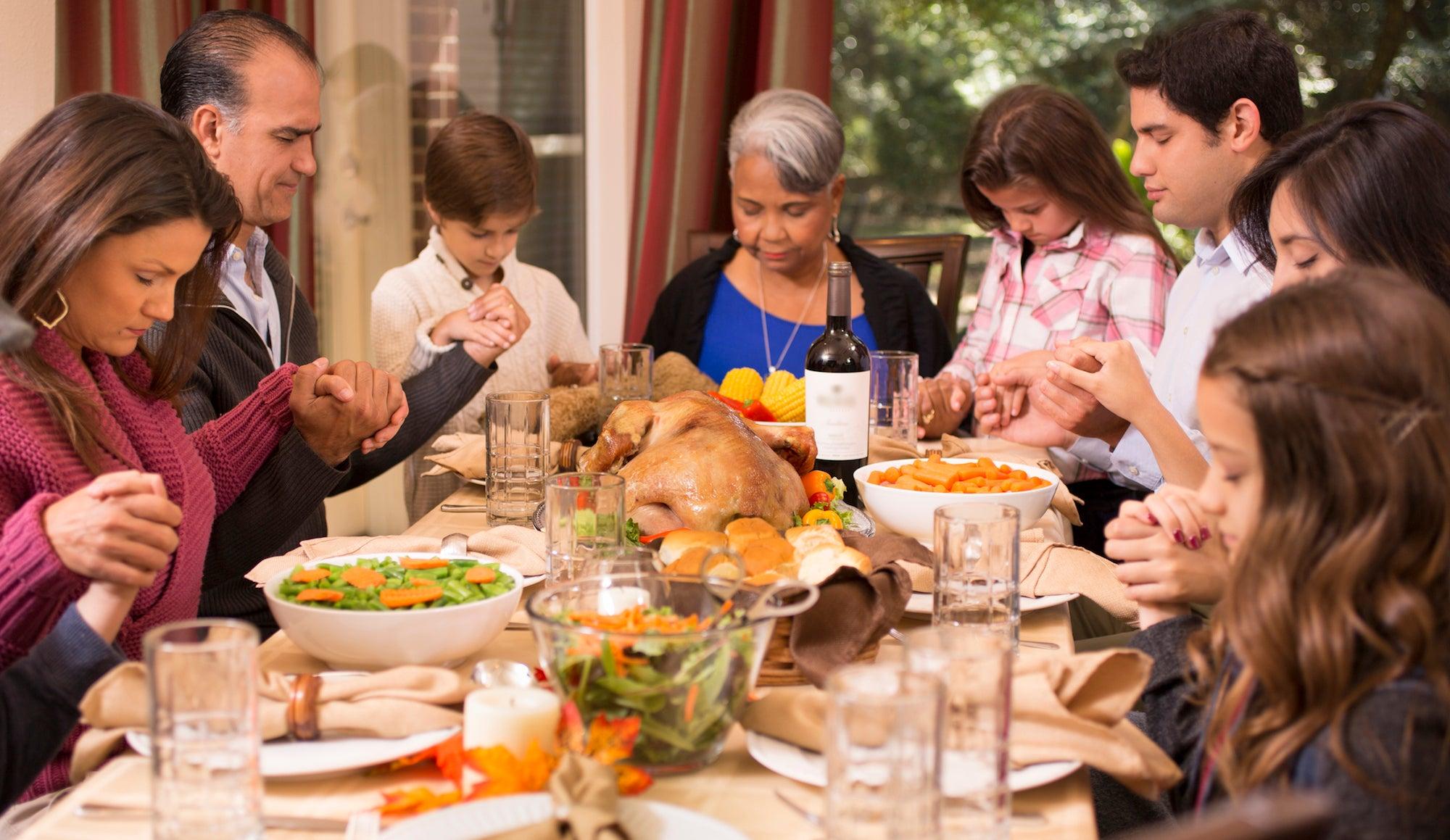 family eating thanksgiving dinner - HD2000×1159