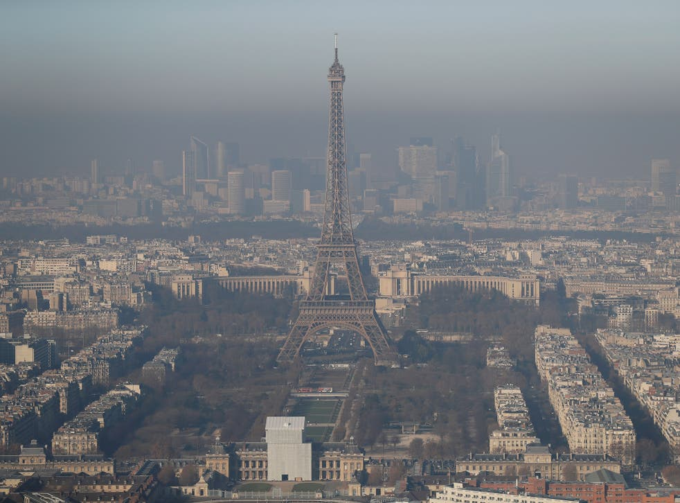 A picture taken on December 5, 2016 in Paris shows the Eiffel tower in the smog