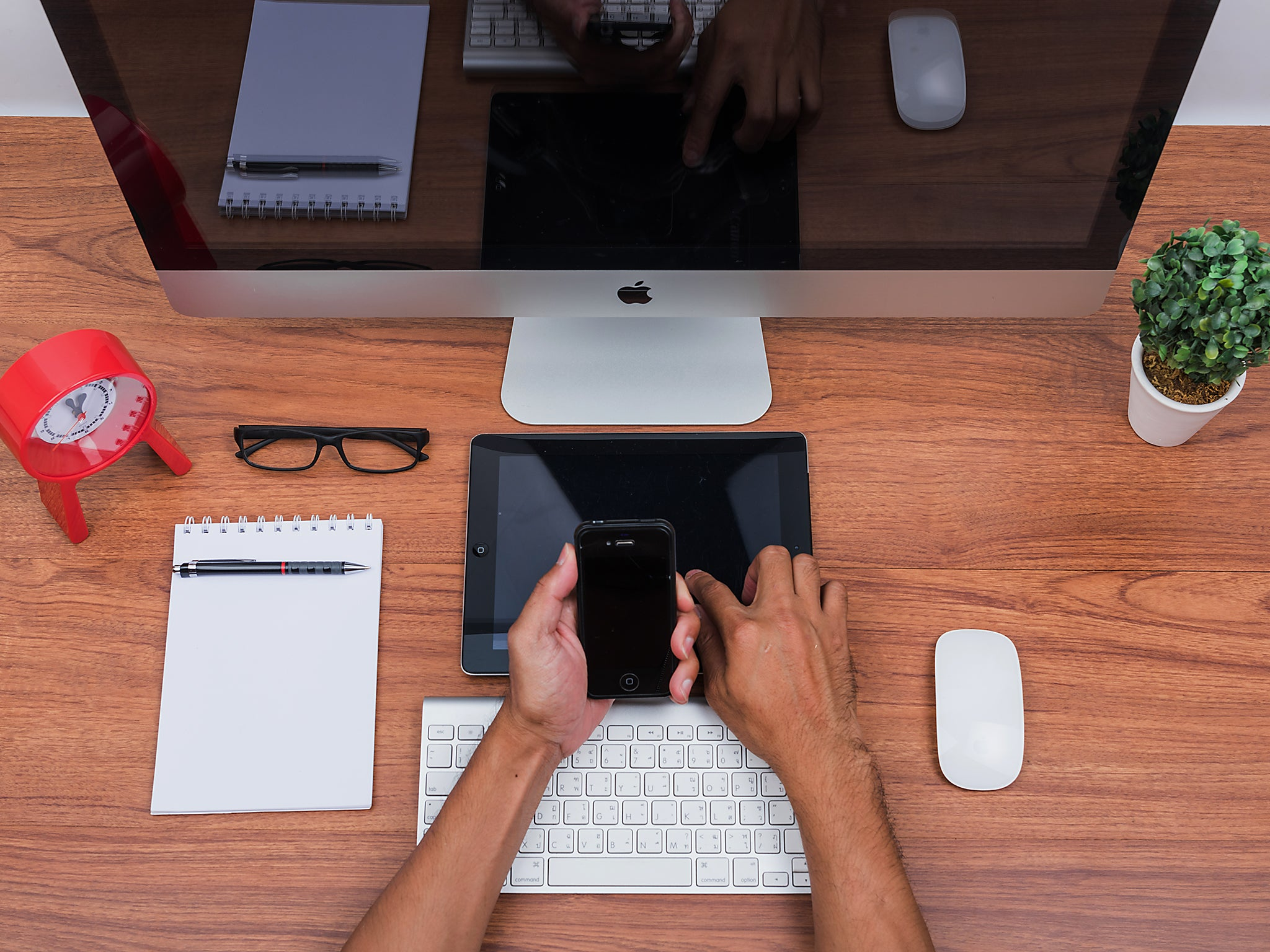 Why multitasking between devices is linked to poor memory, according to an expert