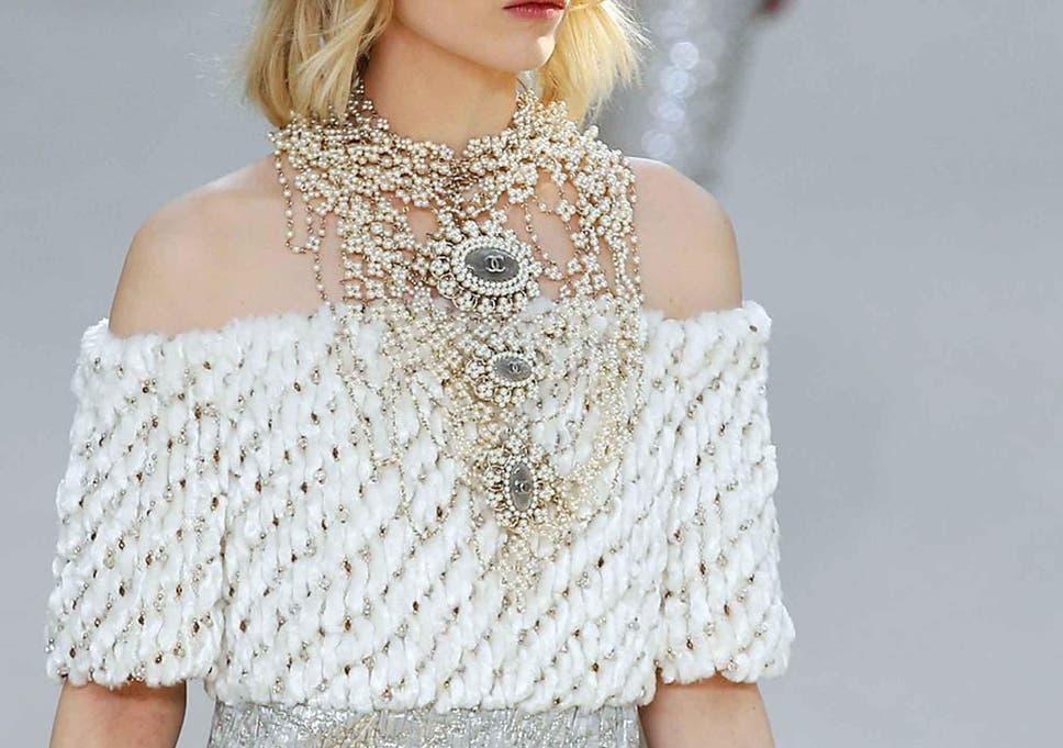 71b4659fb371 Pearls are back: Classic jewellery trend returns to Chanel, Moschino and  Gucci catwalks?