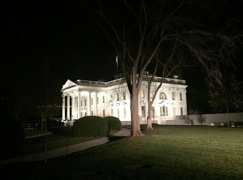 La Casa Blanca, encendida en la última noche del presidente Obama.