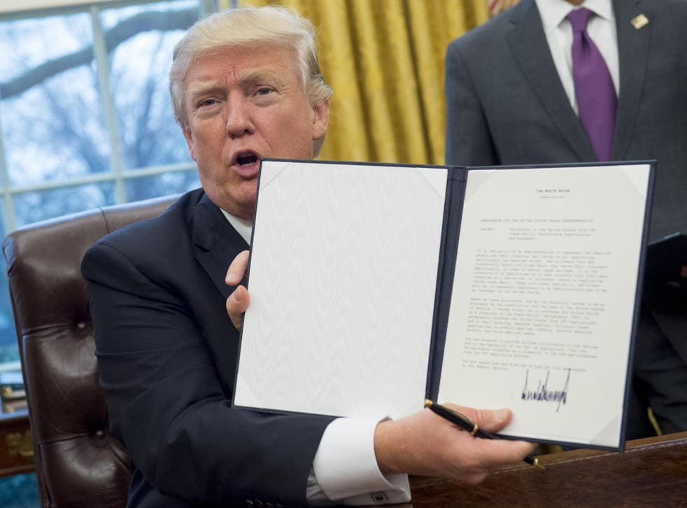 Trump holds up executive order withdrawing US from TPP