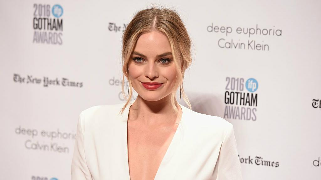 Margot robbie gets foul mouthed in first behind the scenes footage