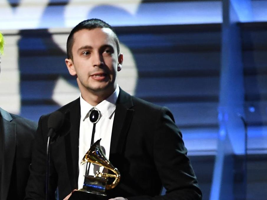 Grammy Awards Rihanna And Drake Lose Out To 21 Pilots In