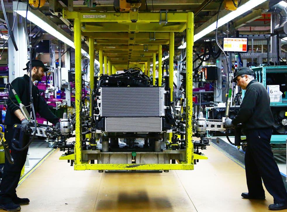 Un motor Mini se arregla en la línea de ensamblaje en la planta de producción de automóviles BMW Mini en Oxford