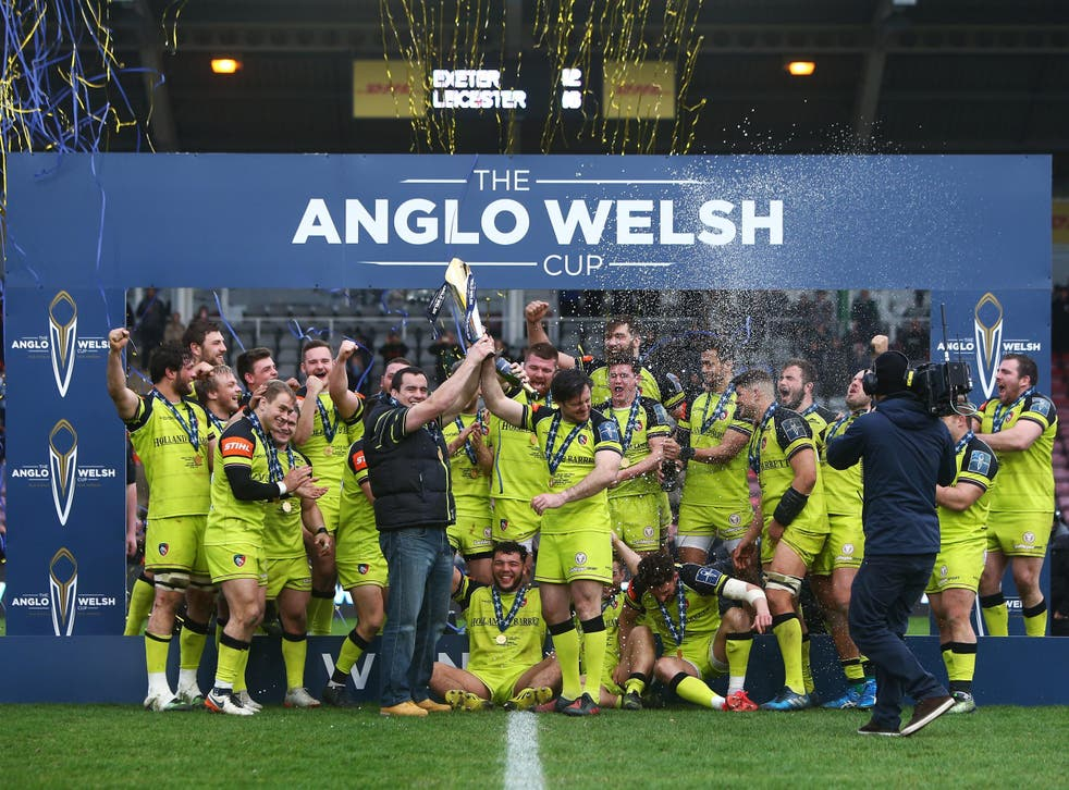 Leicester's squad celebrate their victory at the Stoop