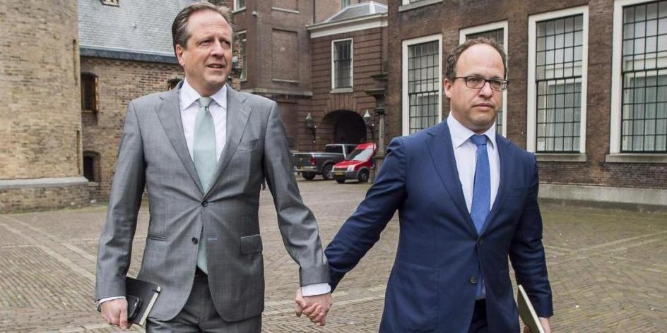 Des politiciens néerlandais marchent main dans la main en solidarité avec le couple gay violemment agressé par des Marocains.