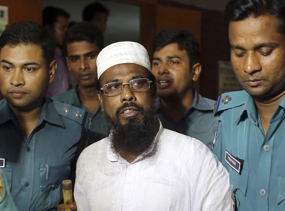 Mufti Abdul Hannan, centre, leader of banned radical group Harkatul Jihad al Islami, stands at a court in Dhaka