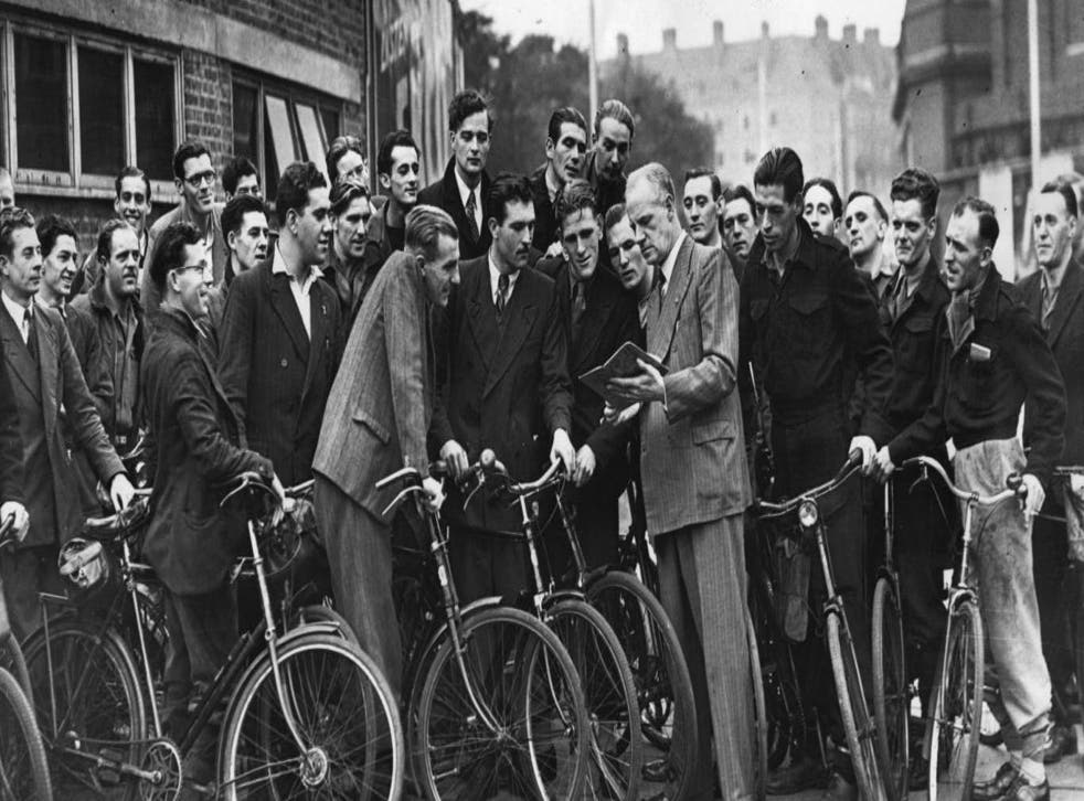 Mr Turner briefs prospective taxi drivers on bicycles at taxi school at Harleyford Street, Kennington. 14 October 1947. PICTURE: KEYSTONE/GETTY IMAGES