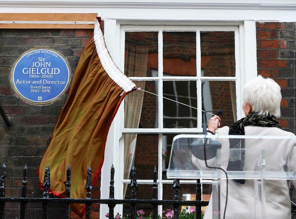 Dame Judi Dench unveils a plaque for Sir John Gielgud