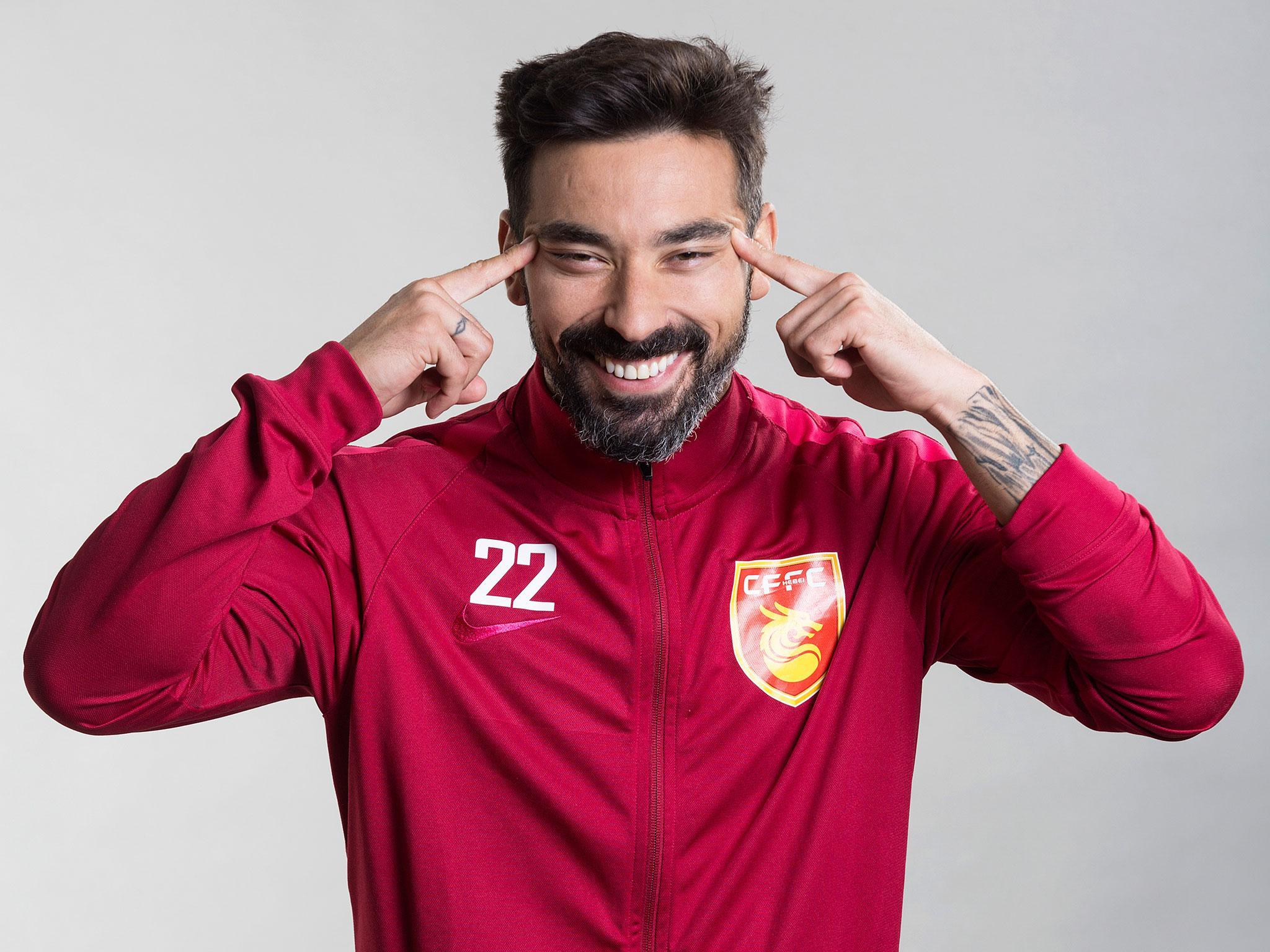 Ezequiel Lavezzi apologises for posing in racist picture for
