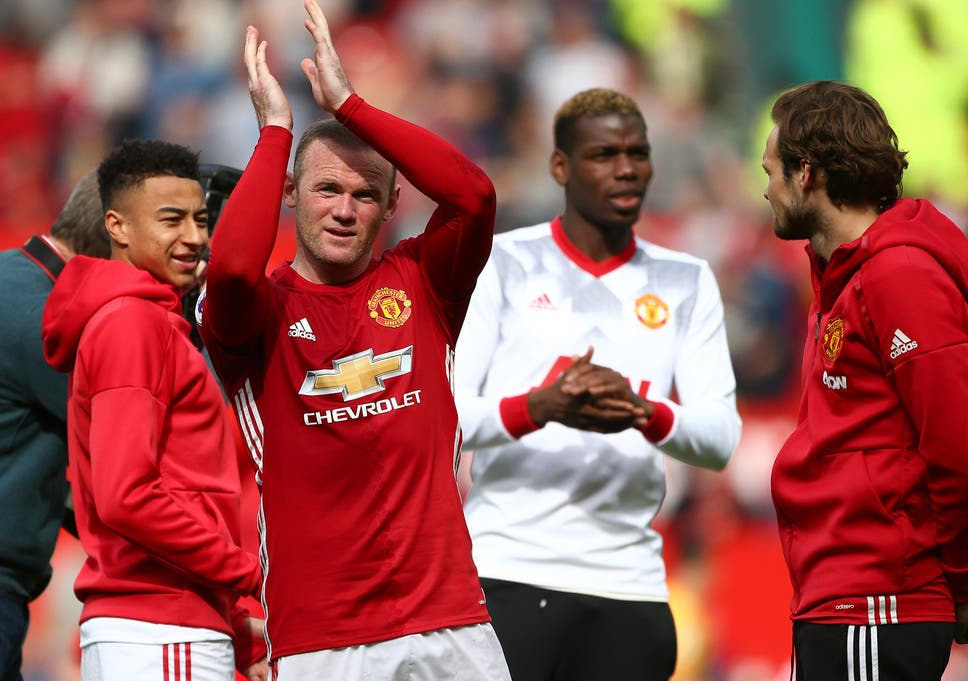 fed8076c949 Wayne Rooney has told his teammates that he is moving back to Everton