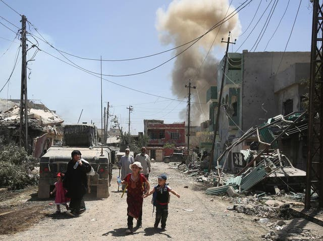Displaced Iraqis flee their homes in west Mosul as security forces advance during the ongoing offensive