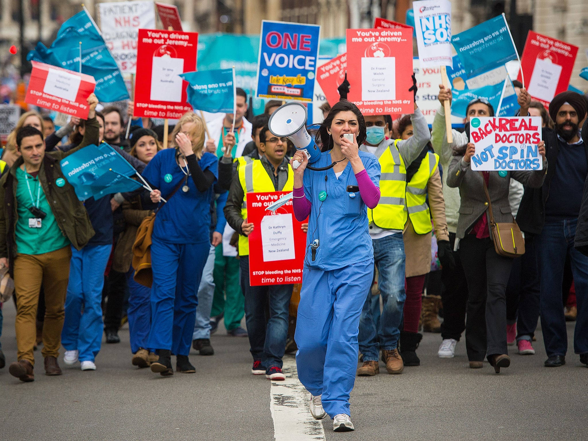 Junior doctors hit back at suggestion those who quit NHS 'should pay back training costs'