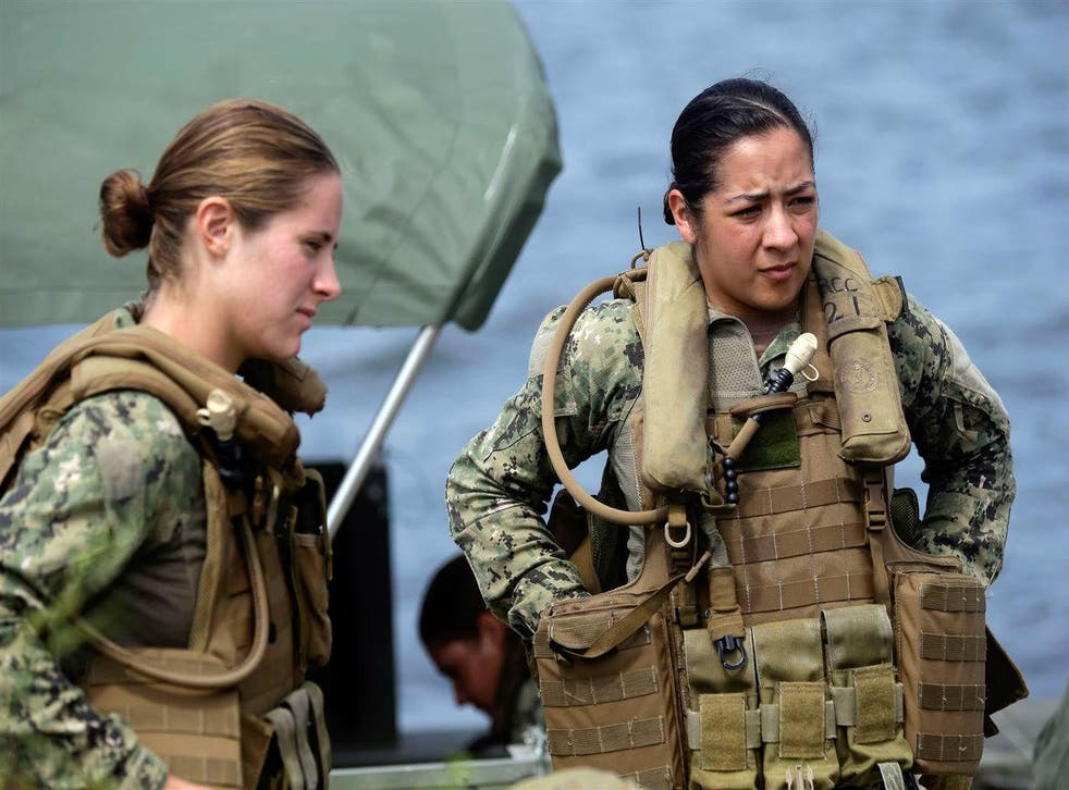 Navy members Danielle Hinchliff and Anna Schnatzmeyer - not the special forces candidates - training in 2013