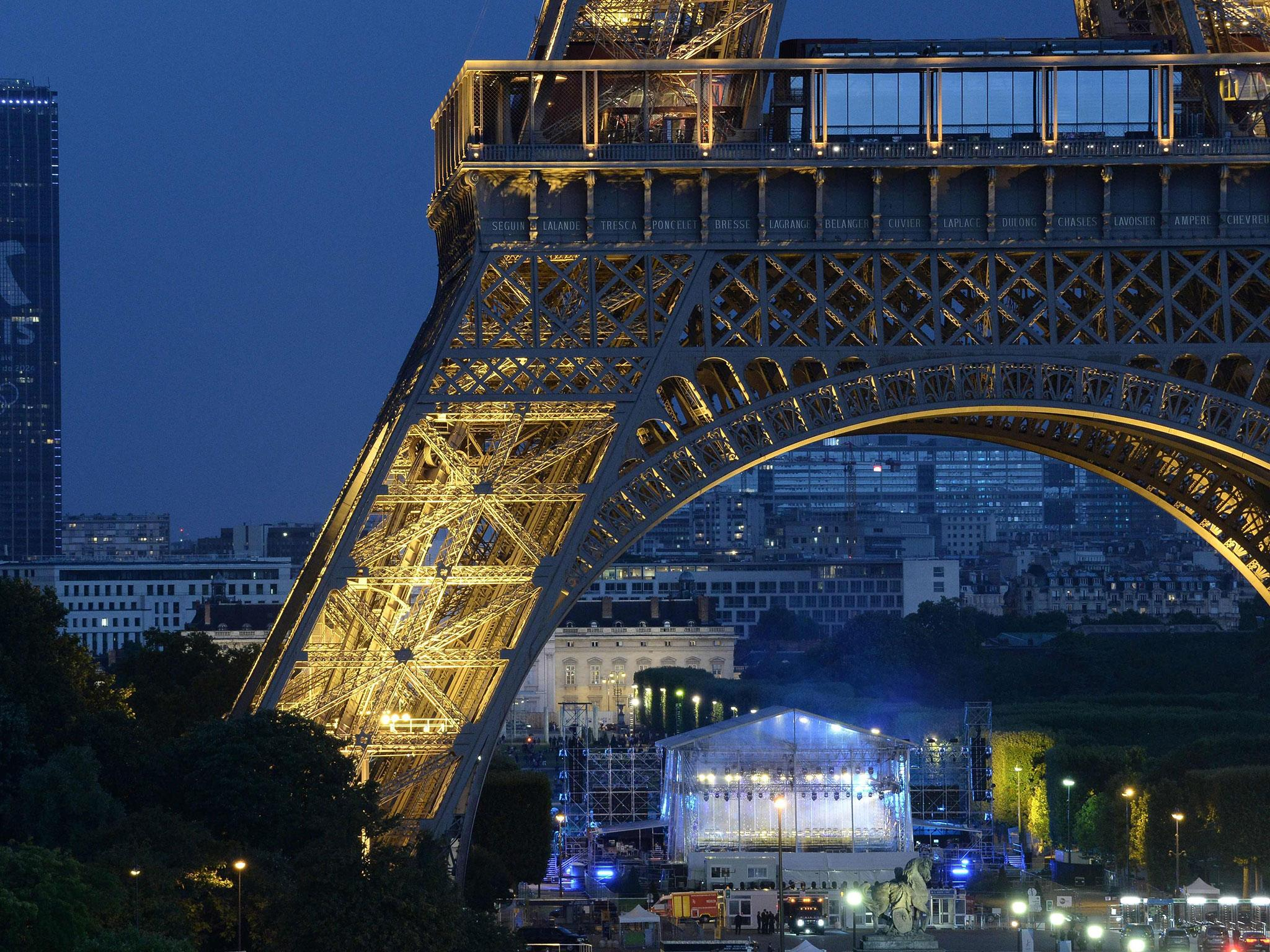 Eiffel Tower Evacuated Man Knife Police France Paris A7879116