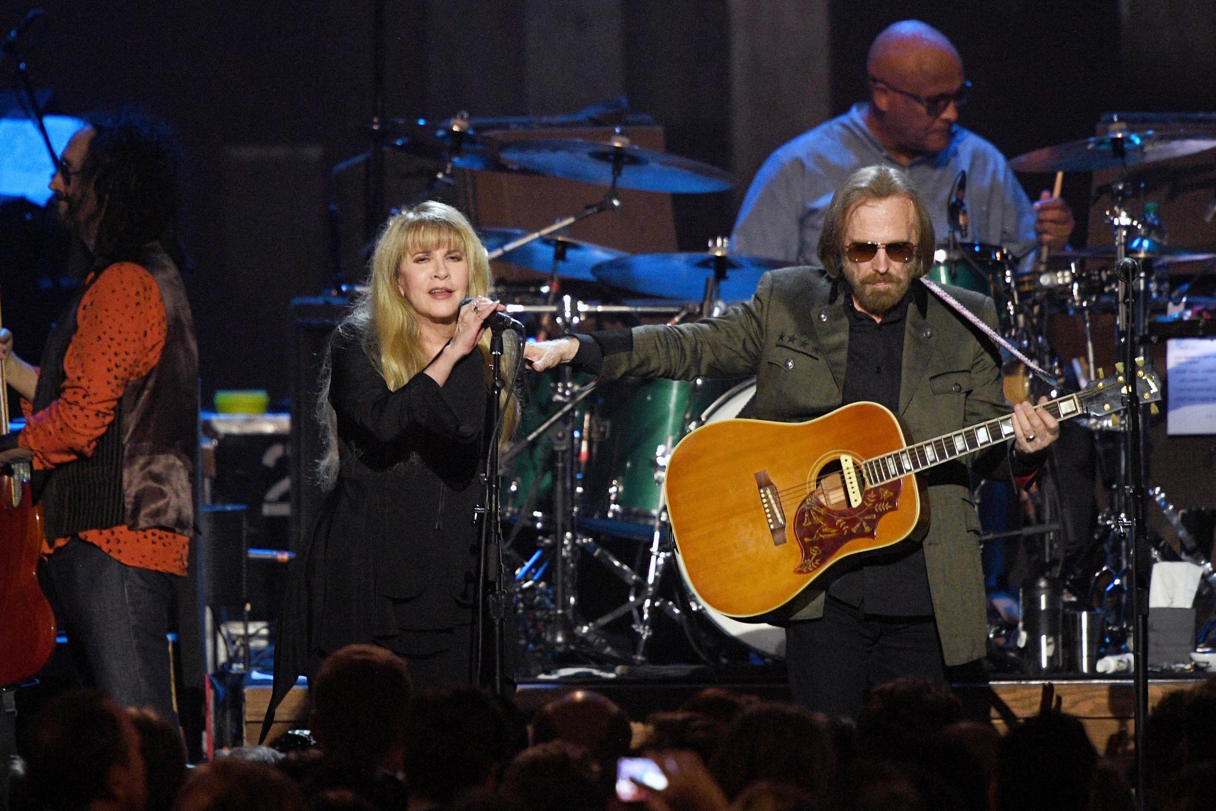 tom petty dead watch his final ever live performance with friend and collaborator stevie nicks. Black Bedroom Furniture Sets. Home Design Ideas