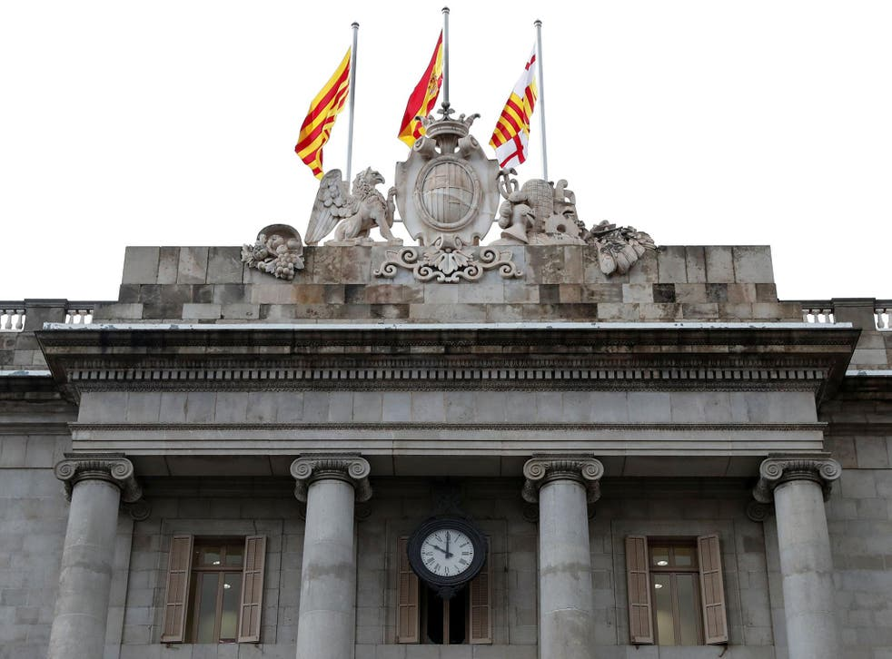 The regional government headquarters, the Generalitat, at ten o'clock: the final deadline set by Spain's government for Catalan President Carles Puigdemont to retract an ambiguous independence declaration