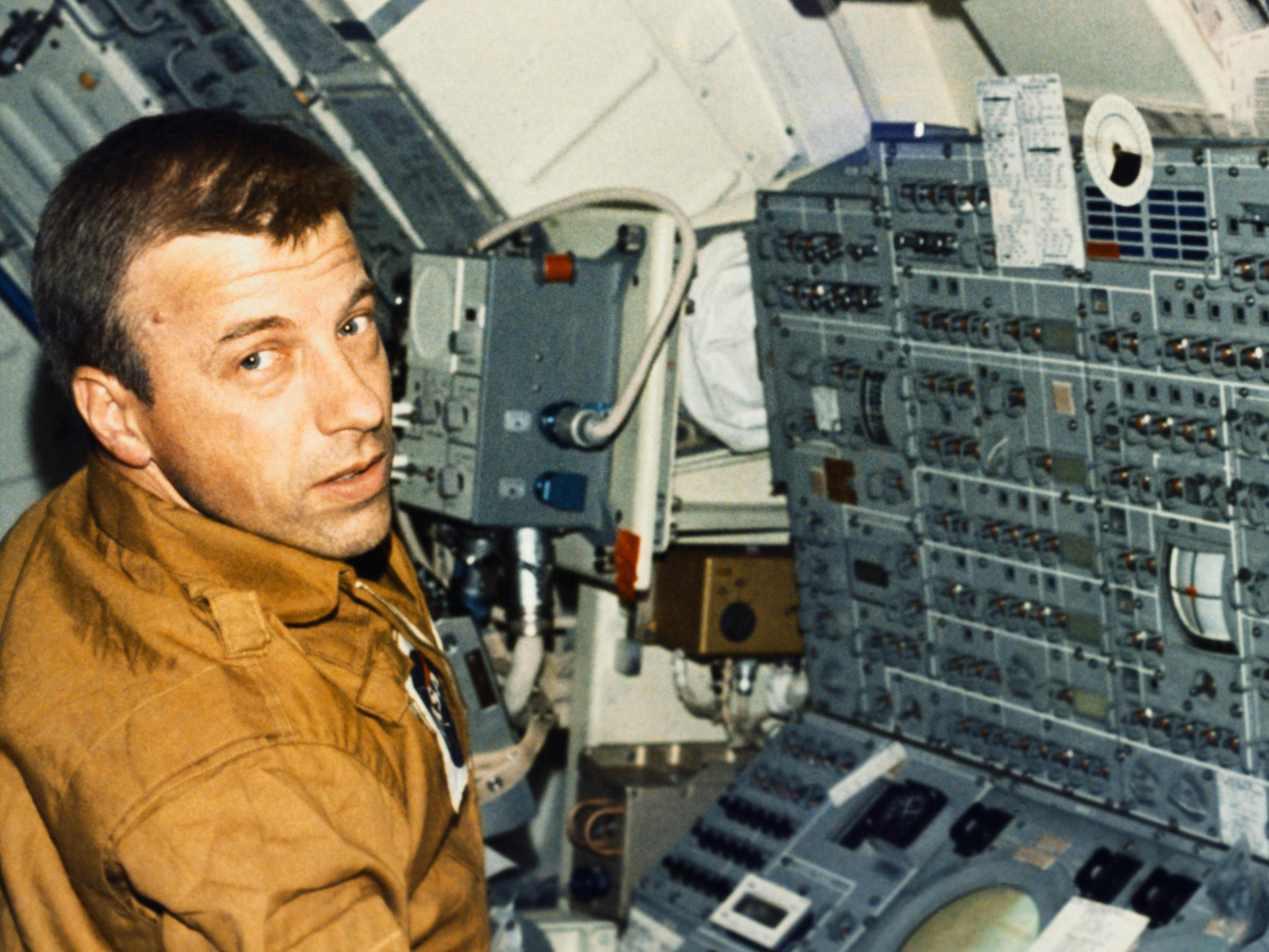 Paul Weitz dead: Nasa astronaut who commanded first space ...