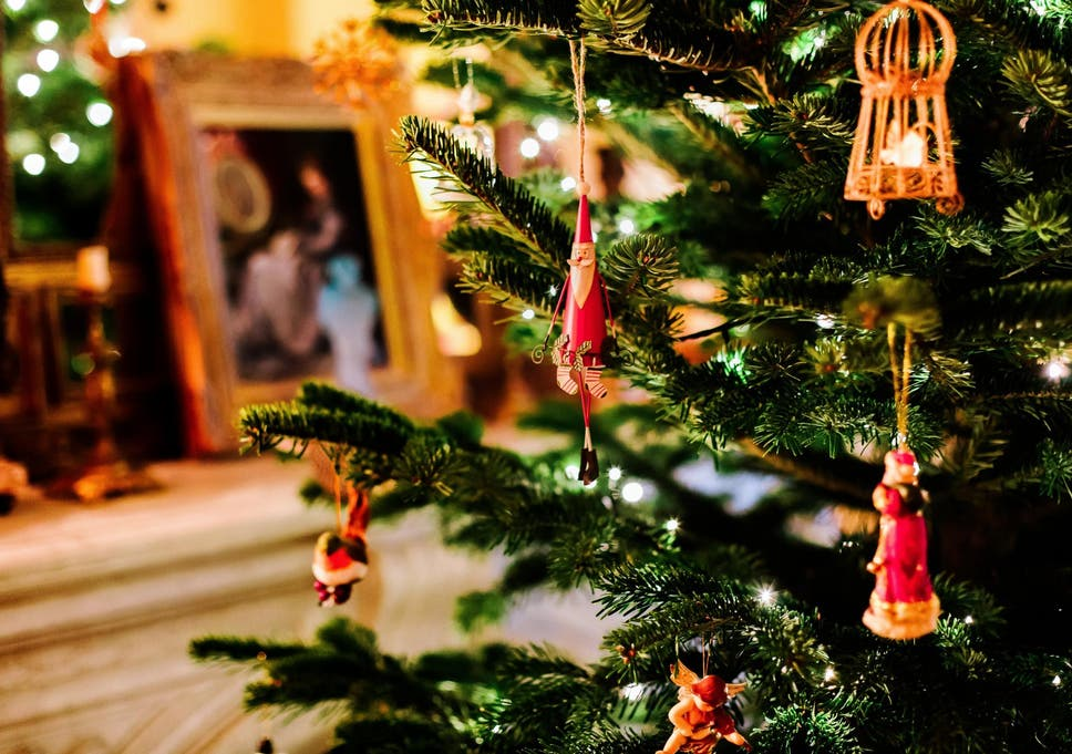 people who put up christmas decorations early are happier experts reveal