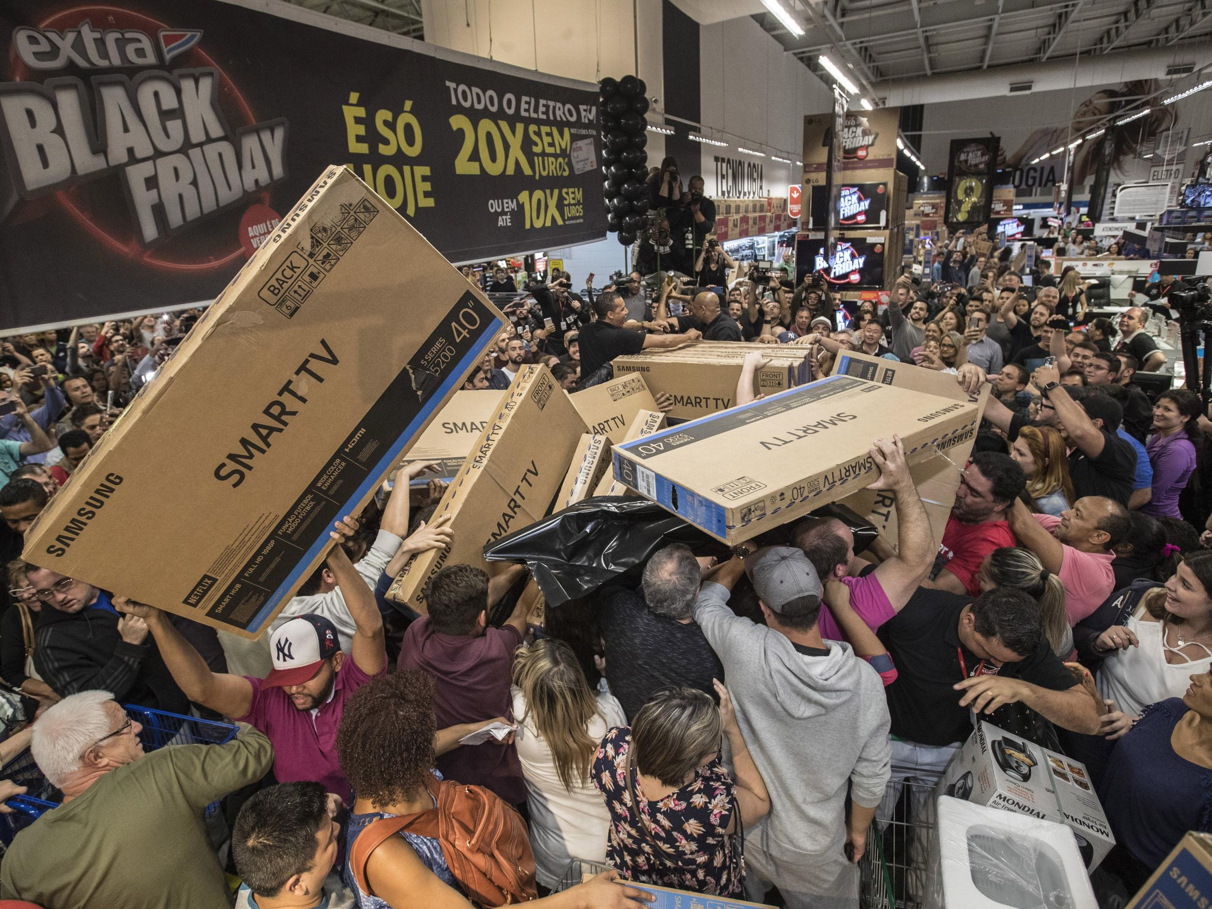 black friday 2017 chaos as huge crowds of shoppers in brazil scuffle over discount tvs the. Black Bedroom Furniture Sets. Home Design Ideas