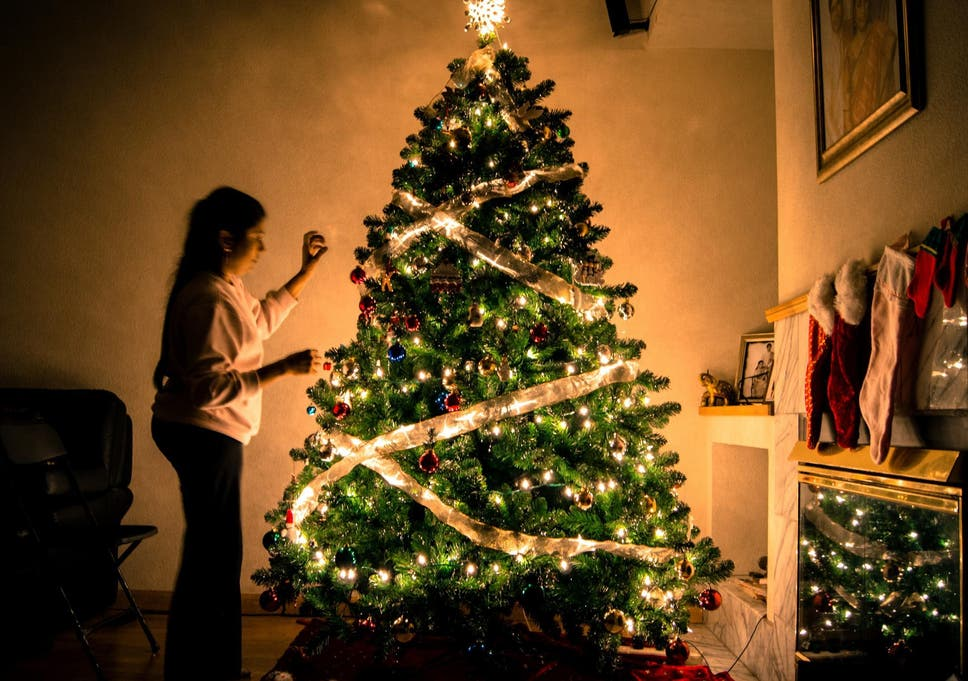 how to correctly dress christmas tree lights according to interior designer - Pictures Of Pretty Decorated Christmas Trees