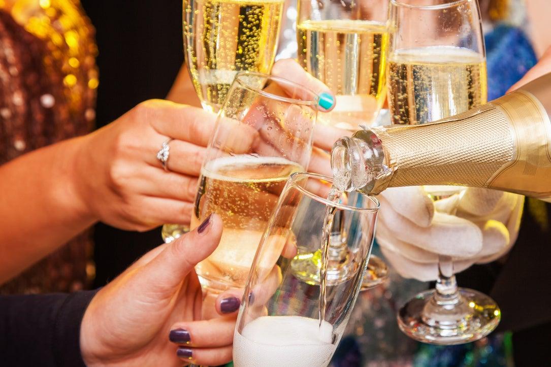петь крутые картинки с шампанским предлагает взглянуть двенадцать