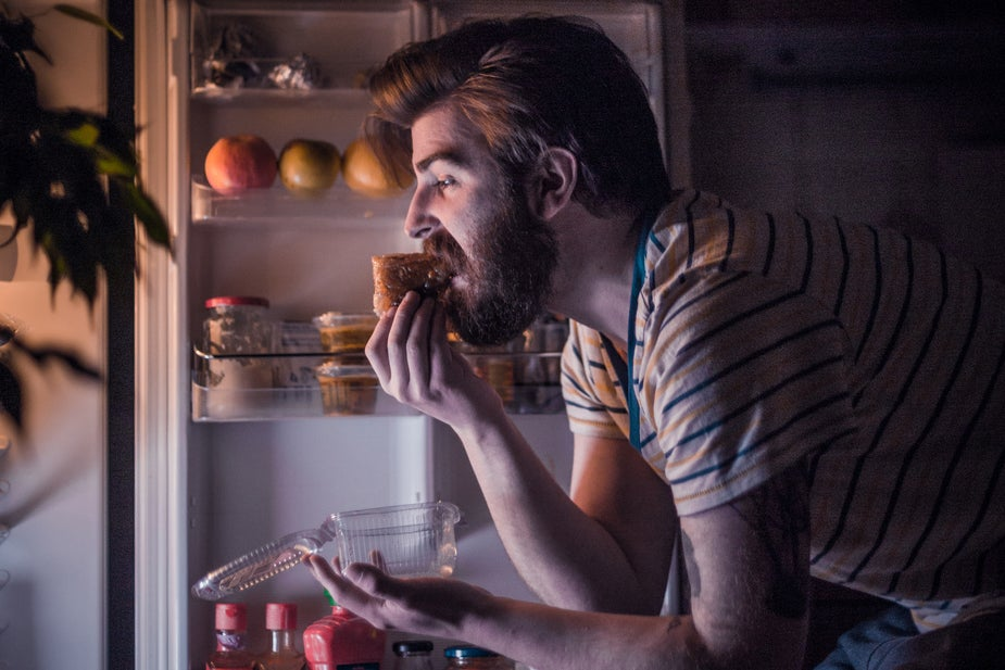 Hormones that make you hungry rise in the evening, study finds