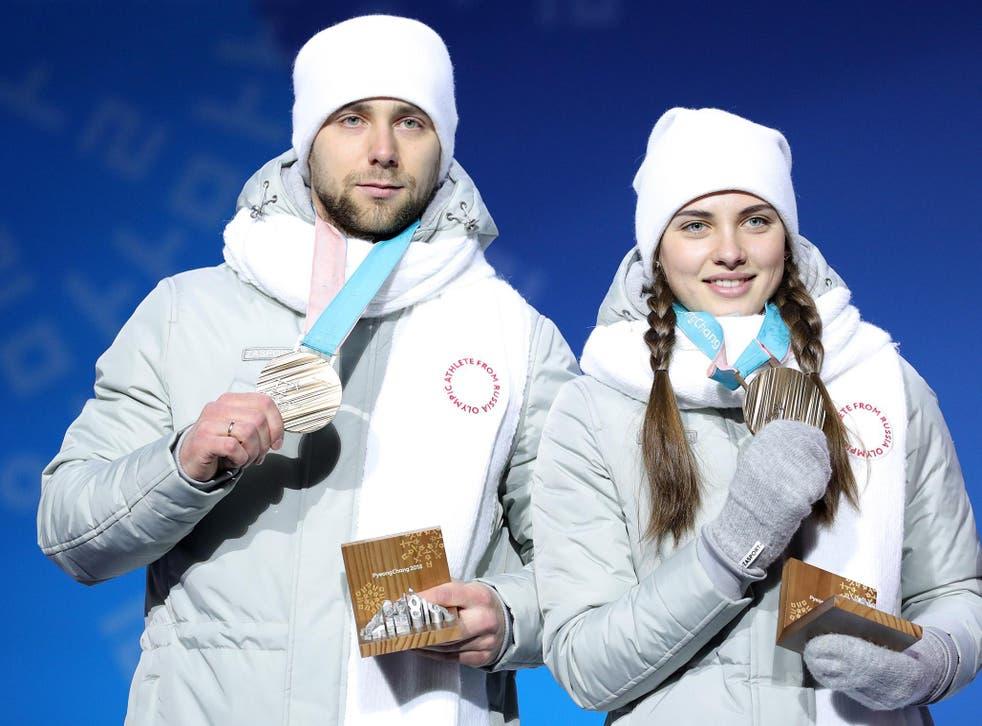 Aleksandr Krushelnitckii and his wife Anastasia Bryzgalova collect their bronze medals