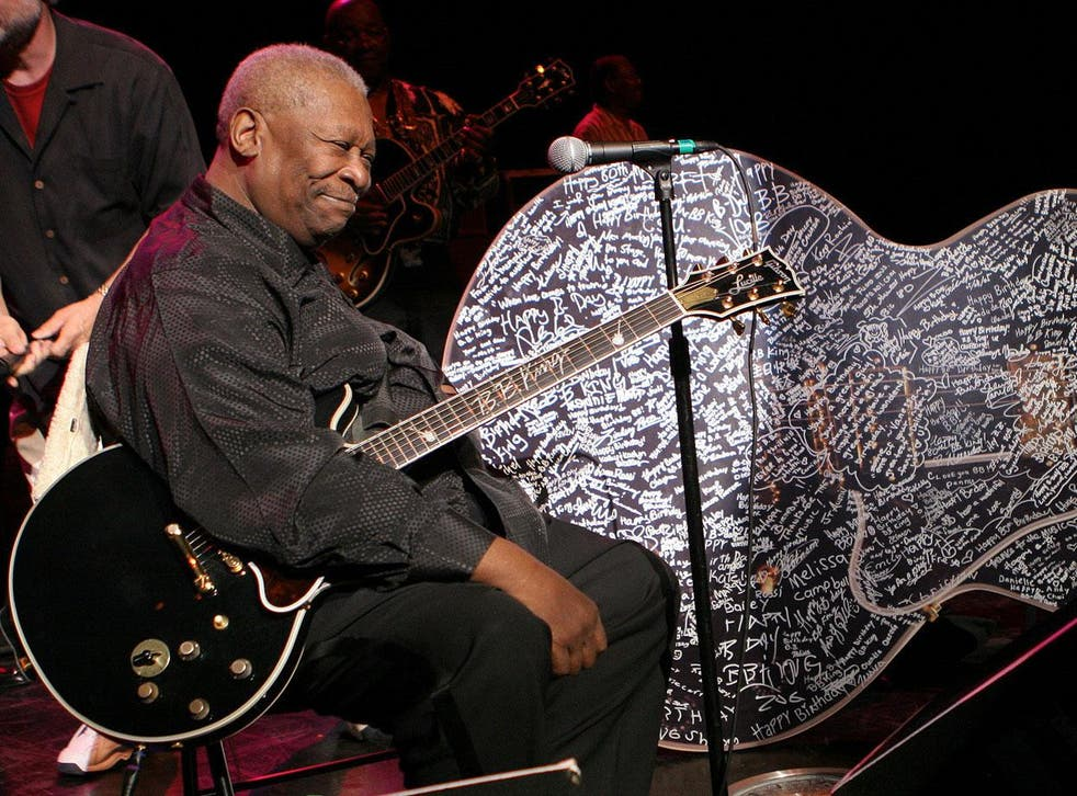 BB King celebrating his birthday with a Gibson guitar in 2005