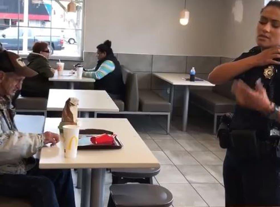 Oficial de policía le pide a vagabundo que se vaya de McDonald's
