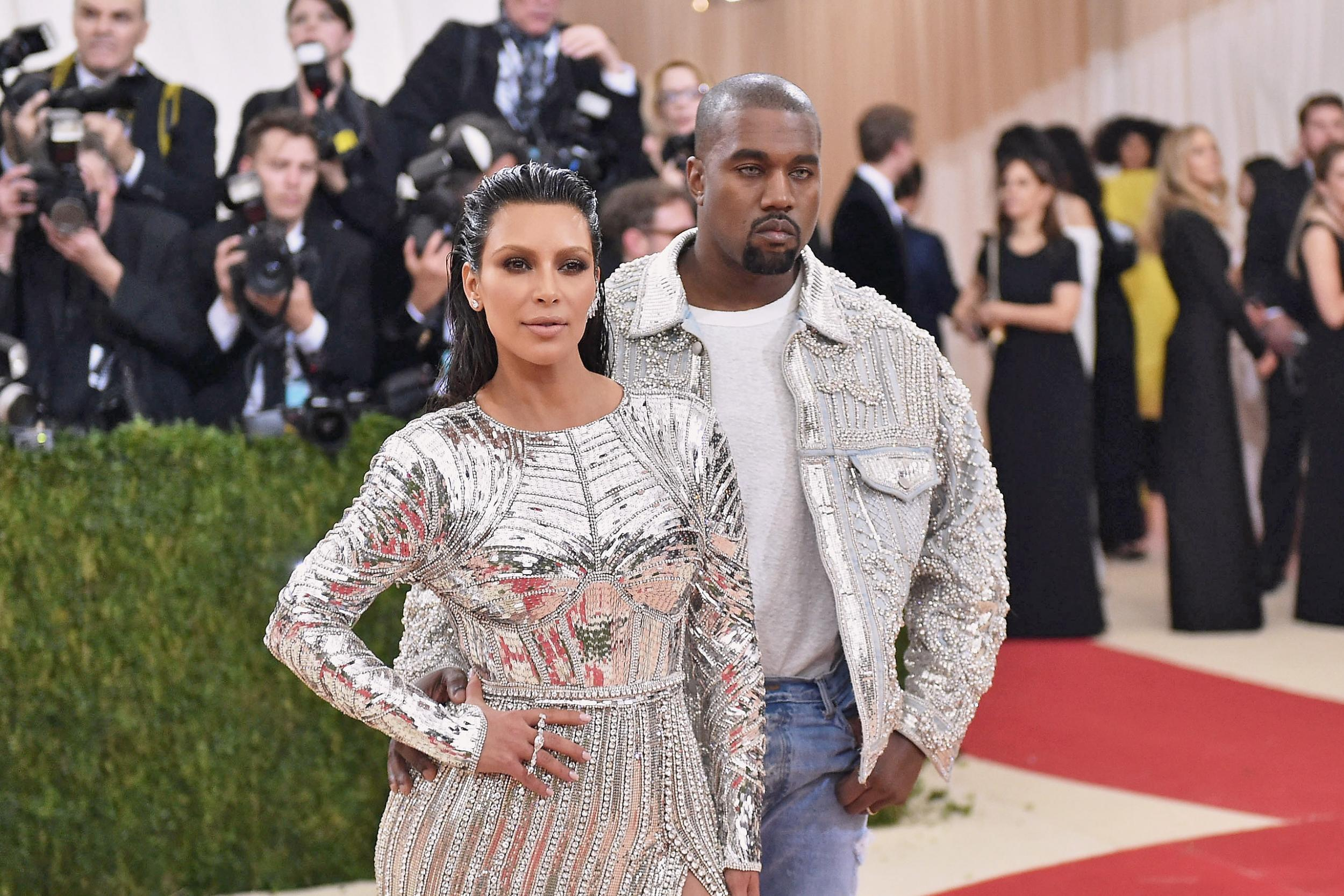 Experts reveal the reason why Kanye West stands behind Kim Kardashian in photos