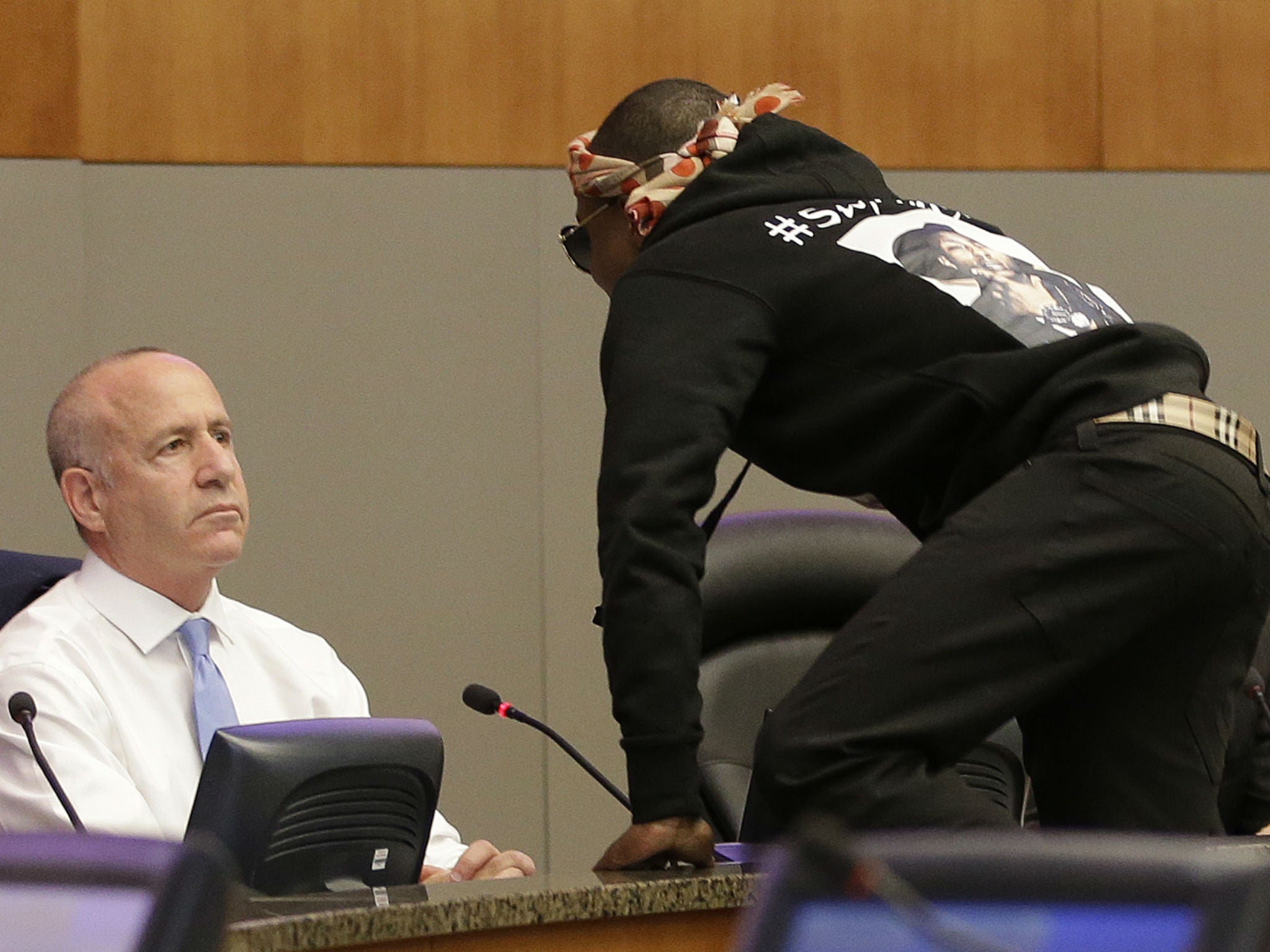 Stephon Clark's brother storms Sacramento council meeting and confronts  mayor | The Independent