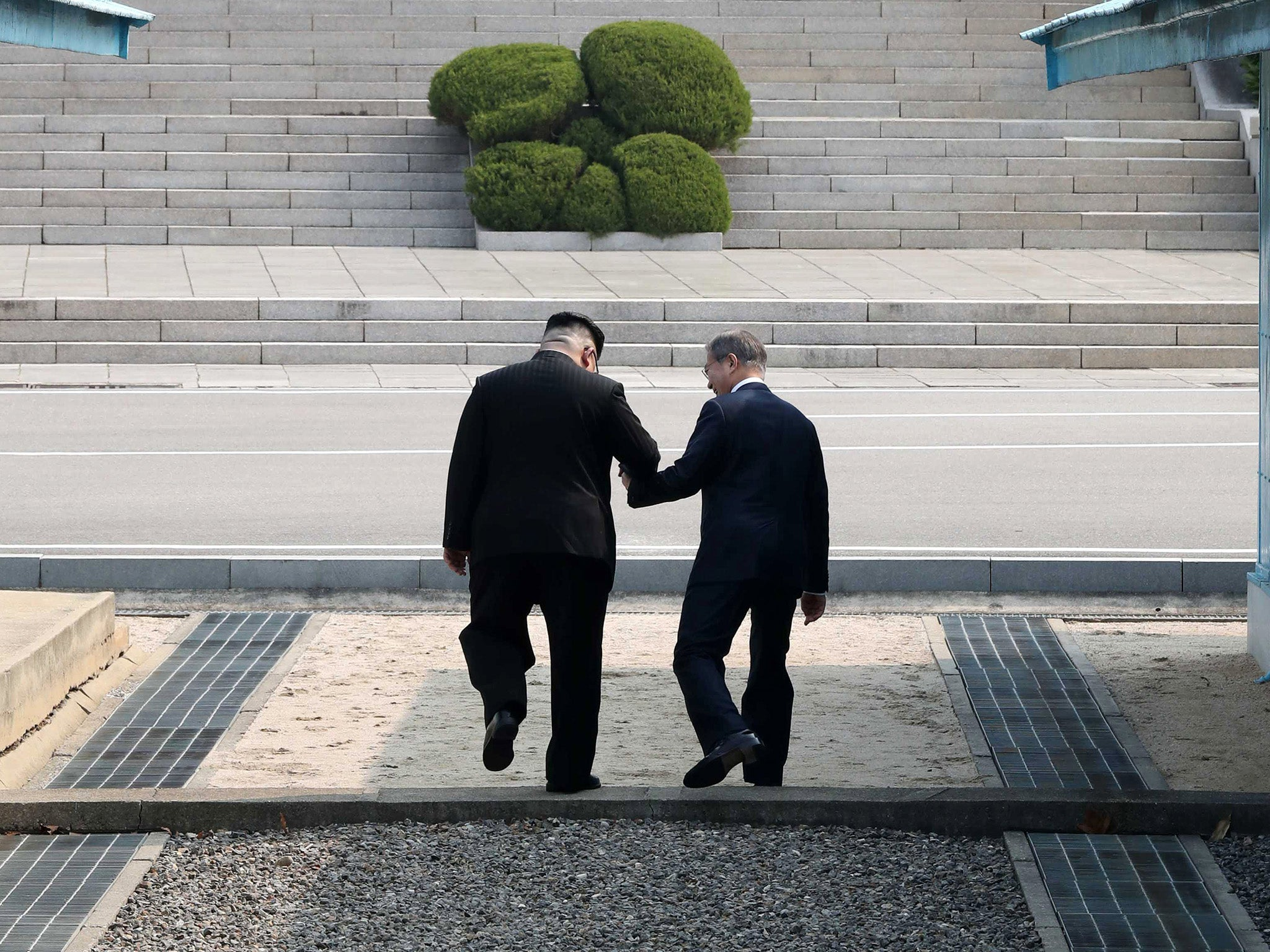 Korea summit kim jong un and moon jae in go off script with border 25 show all fandeluxe Image collections