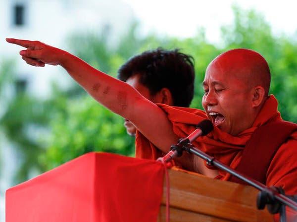 Nhà sư quốc gia Ashin Wirathu tập hợp những người ủng hộ ông ở Myanmar (EPA)