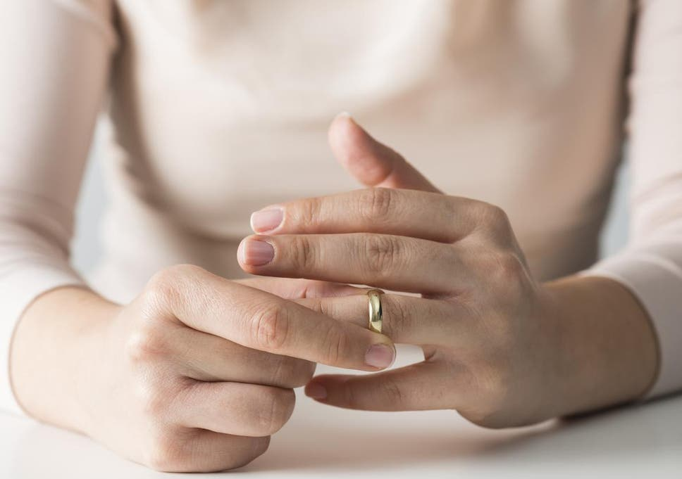 A Third Of Women Remove Wedding Ring Before Job Interview Study
