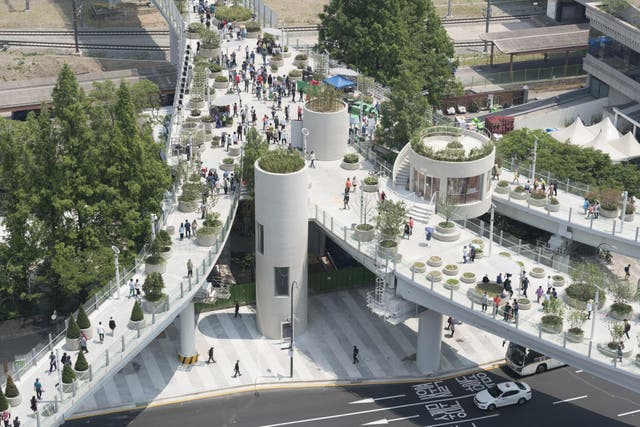 The Skygarden is a botanical garden and pedestrian walkway all in one