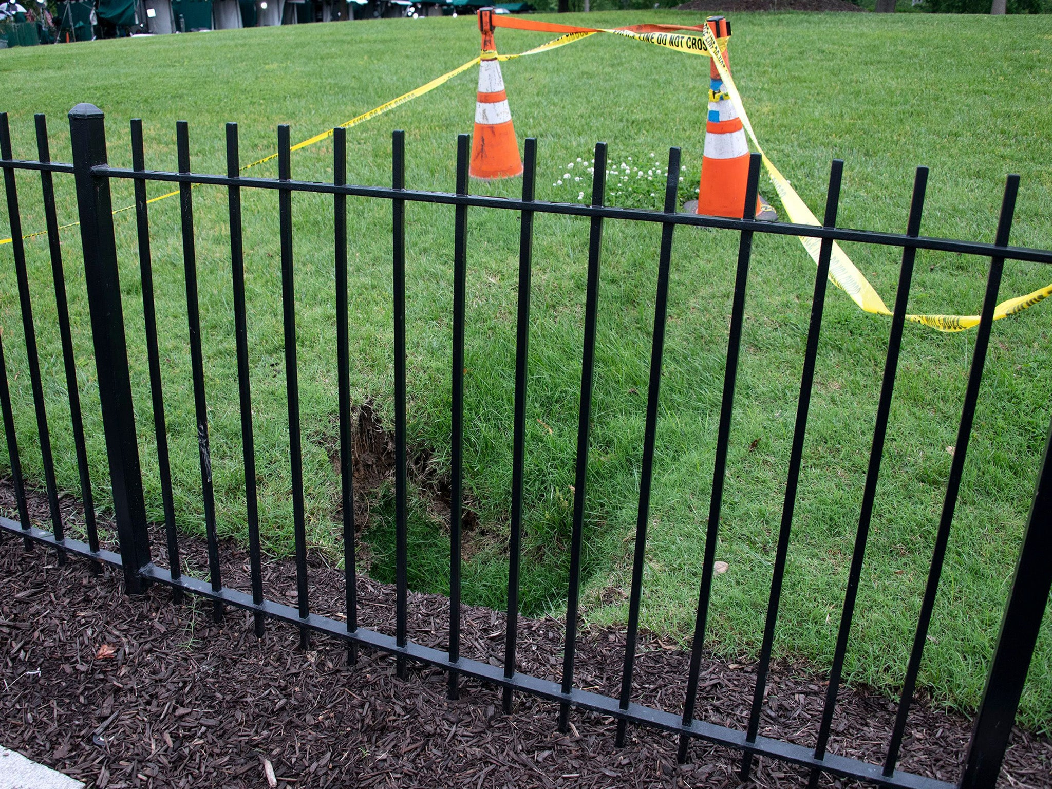 Sinkhole opens up on White House lawn