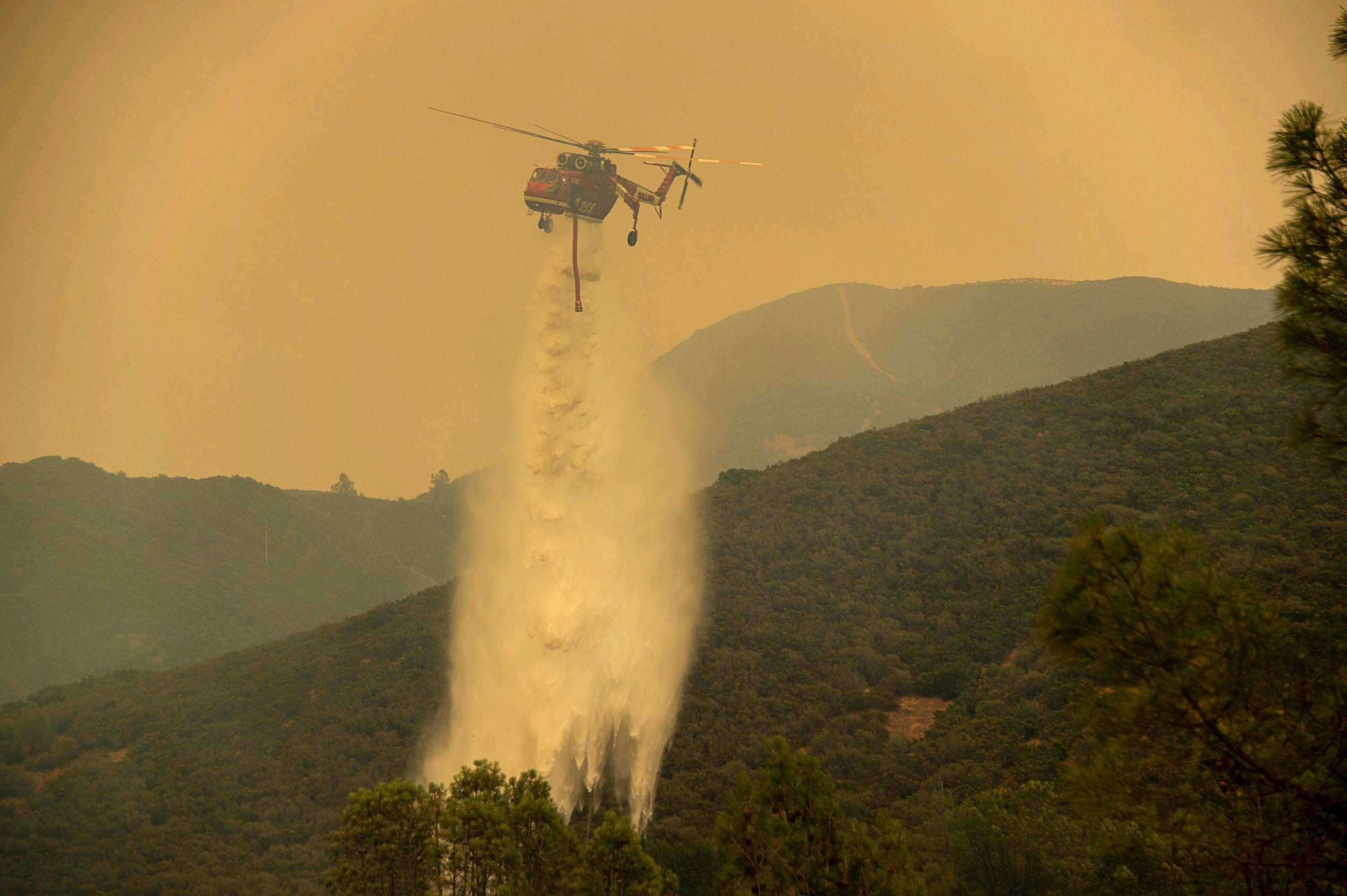 California wildfires: Timelapse video shows smoke pouring over Clear