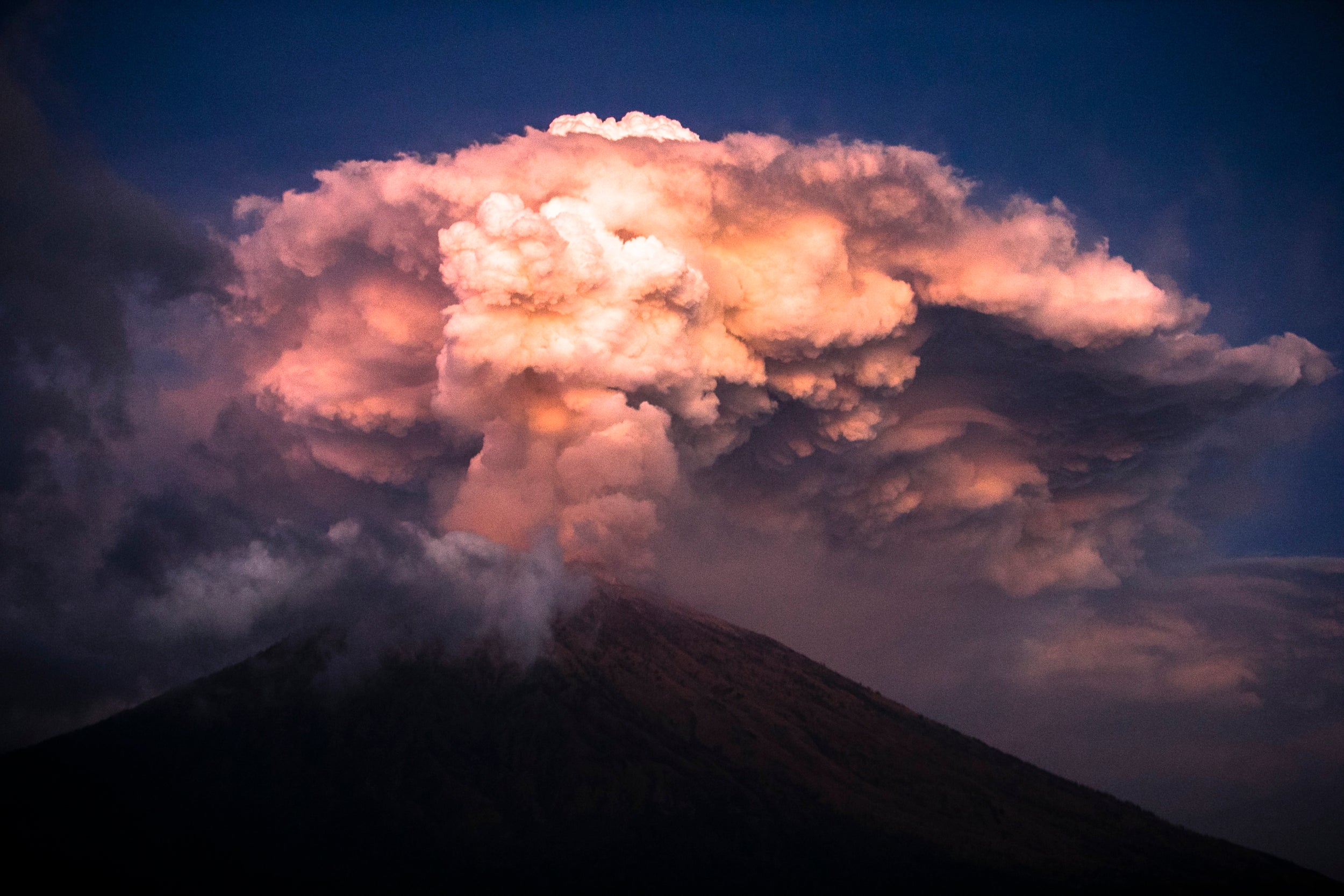 Aeroporto Bali : Bali airport reopens after volcanic eruption leaves thousands of