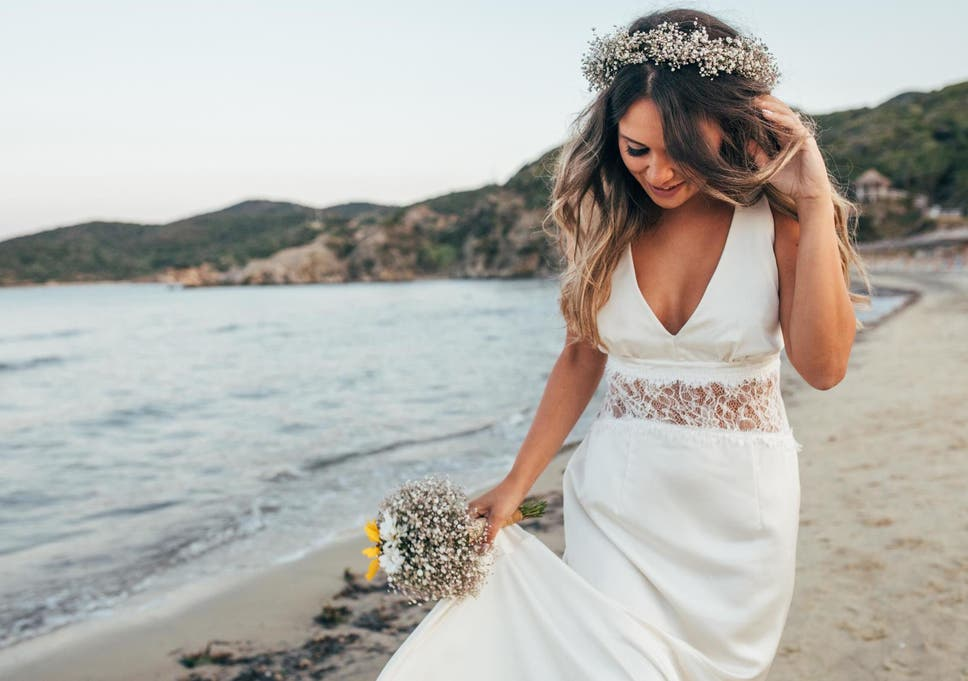 australian woman marries herself in beach ceremony and says vows in