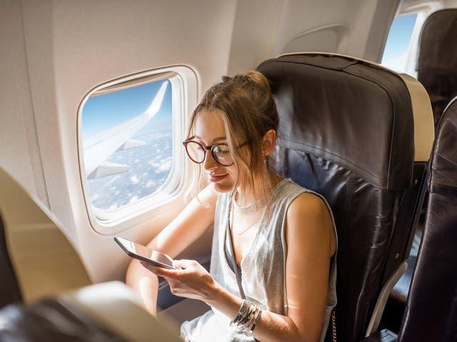 Viajar puede causar una variedad de problemas en la piel, entre en modo vacaciones con nuestro resumen de belleza