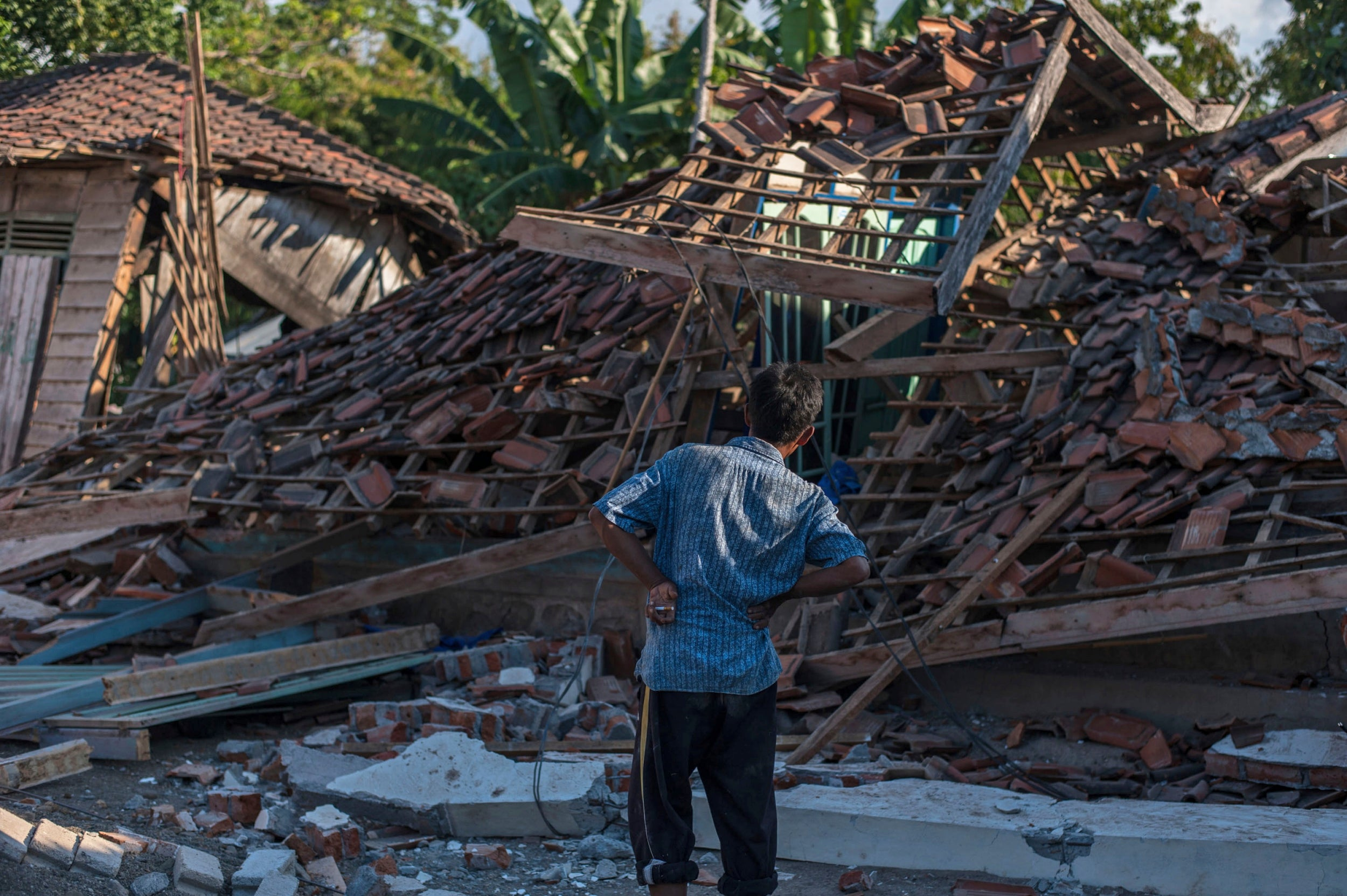 indonesia s lombok island hit by 6 9 magnitude earthquake hours