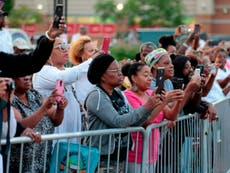 Hundreds line up to pay their respects to Aretha Franklin in Detroit