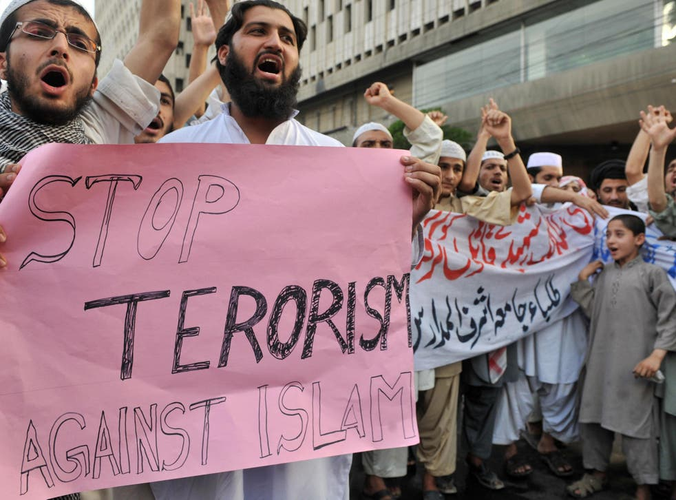 Pakistani Islamists shout slogans against Geert Wilders during a protest rally in Karachi on April 3, 2008