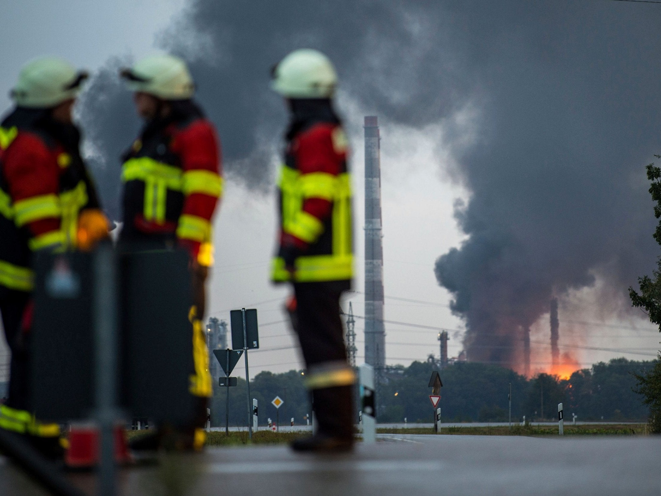Eight injured and hundreds evacuated in German oil refinery explosion