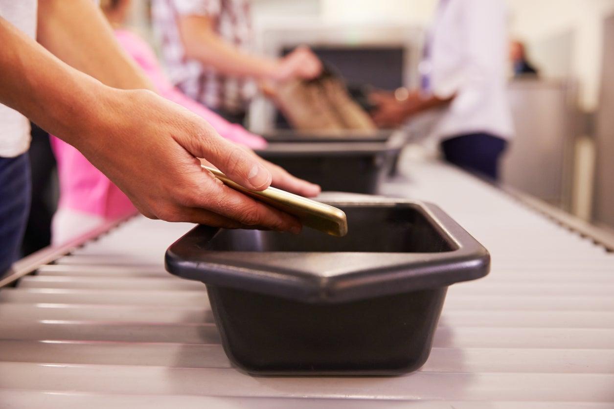 Las bandejas de seguridad del aeropuerto tienen más virus que los baños públicos, dice estudio