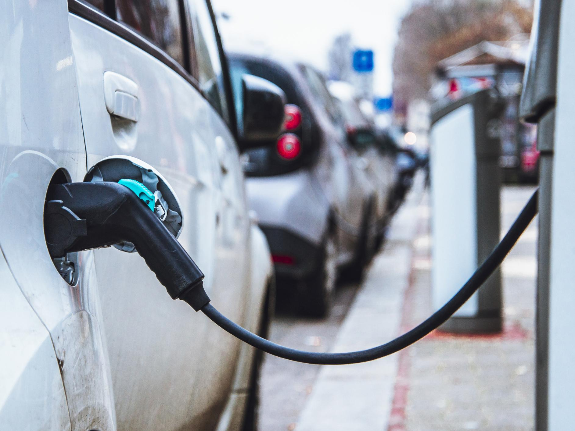 Electric vehicles already able to cut greenhouse gas emissions by half