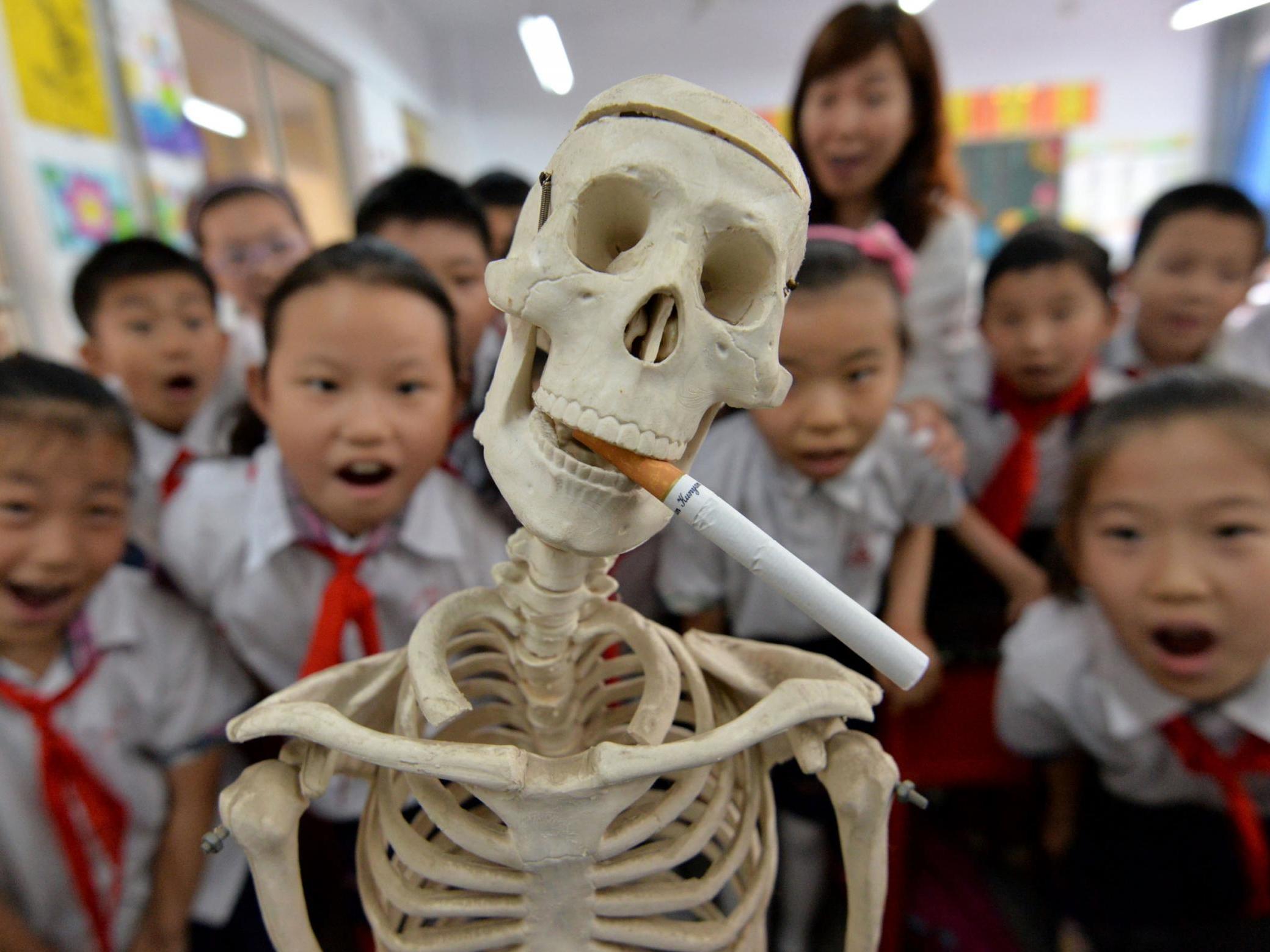 La prohibición de las exhibiciones de cigarrillos reduce a los niños que compran tabaco en las tiendas en casi un tercio, según un estudio.